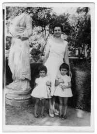 Despina_with_sister_and_mother_po_2